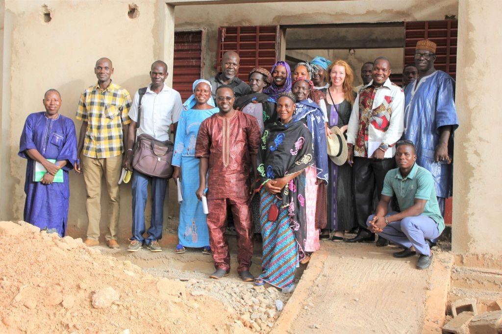 Präfekt Rasmane Ouedraogo, Chef der Gesundheitsstation Bakary Sanogo, Team des Gesundheitsministeriums, Vertreter des medizinischen Distrikts, Bauuunternehmer Toé, die Frauen von ASMED und Simone Schwarz von SAIDA vor dem Rohbau der Maternité im Juli 2017