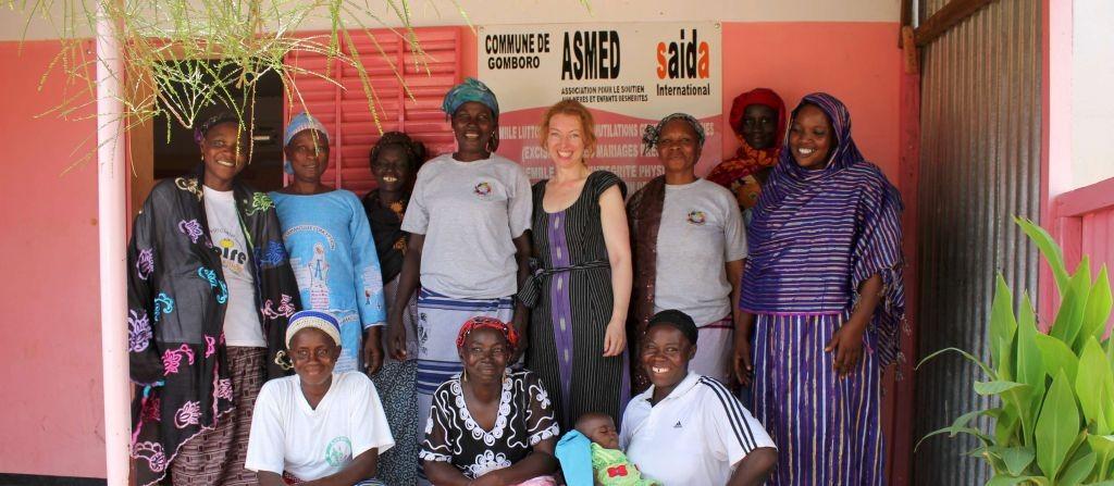 ASMED-Frauen vor ihrem Büro