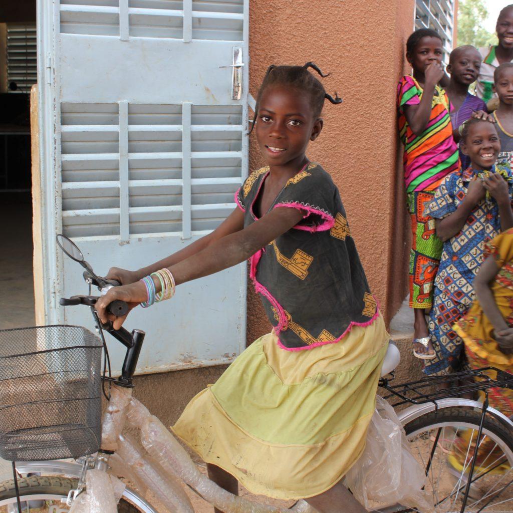 Patenmädchen Marceline mit ihrem neuen Fahrrad